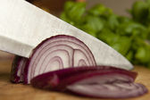 Kırmızı soğan dilimleme — Stok fotoğraf