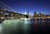 Brooklyn bridge and skyline at night — Stock Photo