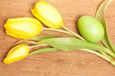 Three tulips and Easter egg — Stock Photo