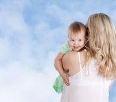 Bakifrån av mor med söt liten flicka tittar över axeln — Stockfoto