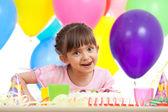 радостный красивая девушка, празднование дня рождения — Стоковое фото