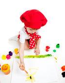 Kleine künstler kind malen mit pinsel — Stockfoto