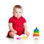 barn leker med färg pyramid leksak — Stockfoto