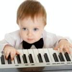 bedårande barn spela elektroniska piano — Stockfoto