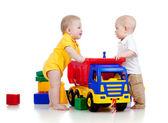 Dvě malé děti si hrají s barevné hračky — Stock fotografie