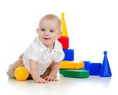 Petit enfant jouer avec des blocs de construction — Photo