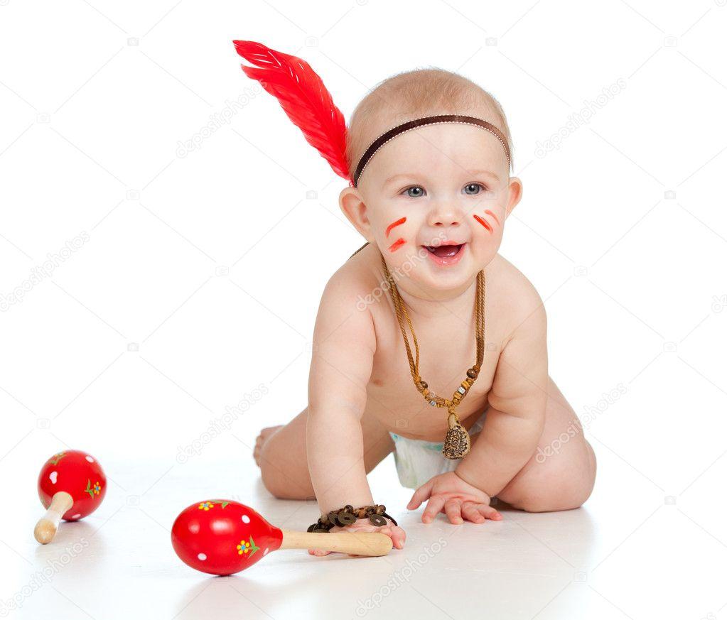 sorrindo beb234 menino como menino 237ndio com maracas e penas