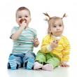 快乐的孩子小小的女孩和男孩与工作室分离和提纯的冰淇淋 — 图库照片