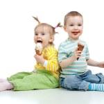 幸せな子供小さな女の子と男の子のスタジオ isol のアイスクリーム添え — ストック写真