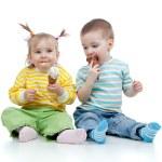 bambini felici piccola ragazza e ragazzo con gelato in studio isol — Foto Stock