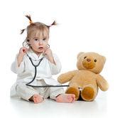 Adorable enfant avec des vêtements de médecin et ours en peluche sur blanc — Photo