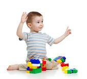 Veselé dítě s konstrukcí nad bílým poza — Stockfoto