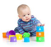 Bébé joue avec des jouets éducatifs, isolés sur blanc — Photo