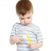 清洁牙齿被隔绝在白色背景上的儿童 — 图库照片