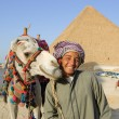 Bedouin near pyramid — Stock Photo
