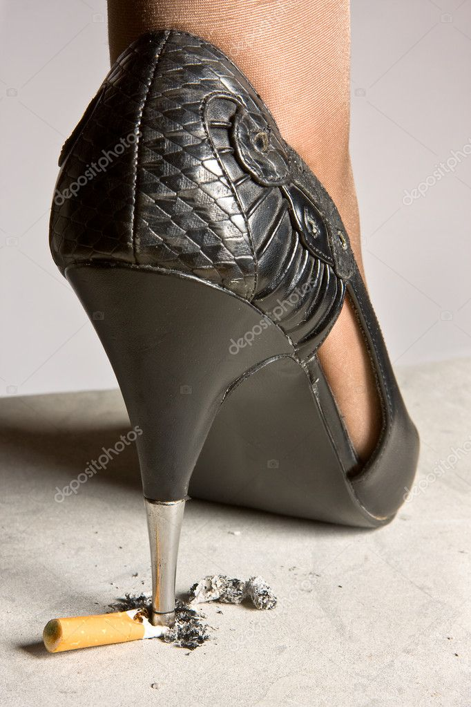 High-heeled lady shoe grinding a cigarette on the pavement — Stock Photo #10011696