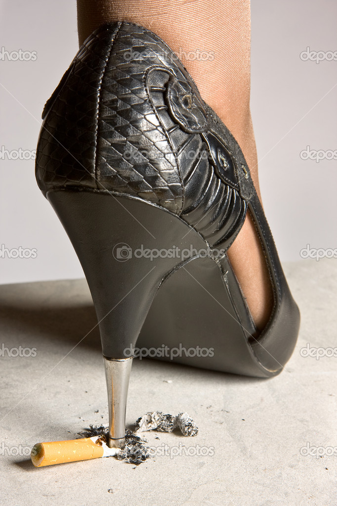 High-heeled lady shoe grinding a cigarette on the pavement  Foto Stock #10011696