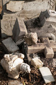 Lápide destruído — Fotografia Stock