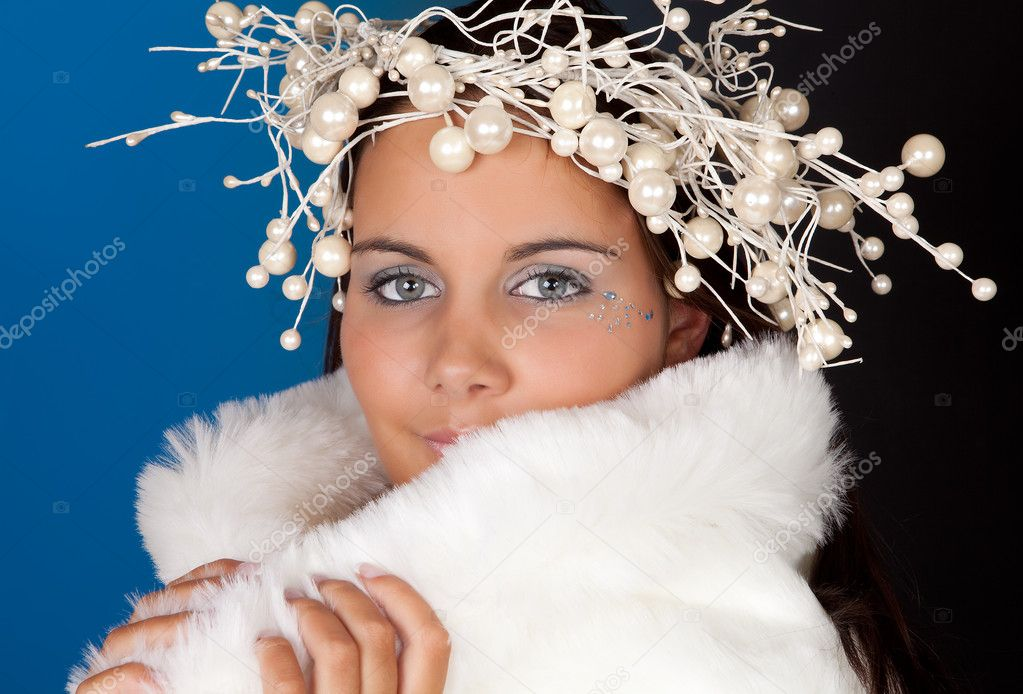 Winter girl wearing a white fur coat and pearl christmas wreath — Stock Photo #8683602