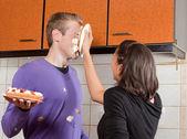 кремовый пирог в его лице — Стоковое фото
