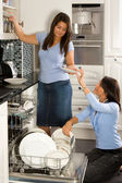 Descarga el lavavajillas — Foto de Stock
