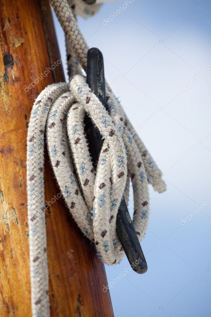 Ropes and mast details of a sailing boat against a blue sky — Stock Photo #8795312