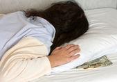 Dormir en dinero — Foto de Stock