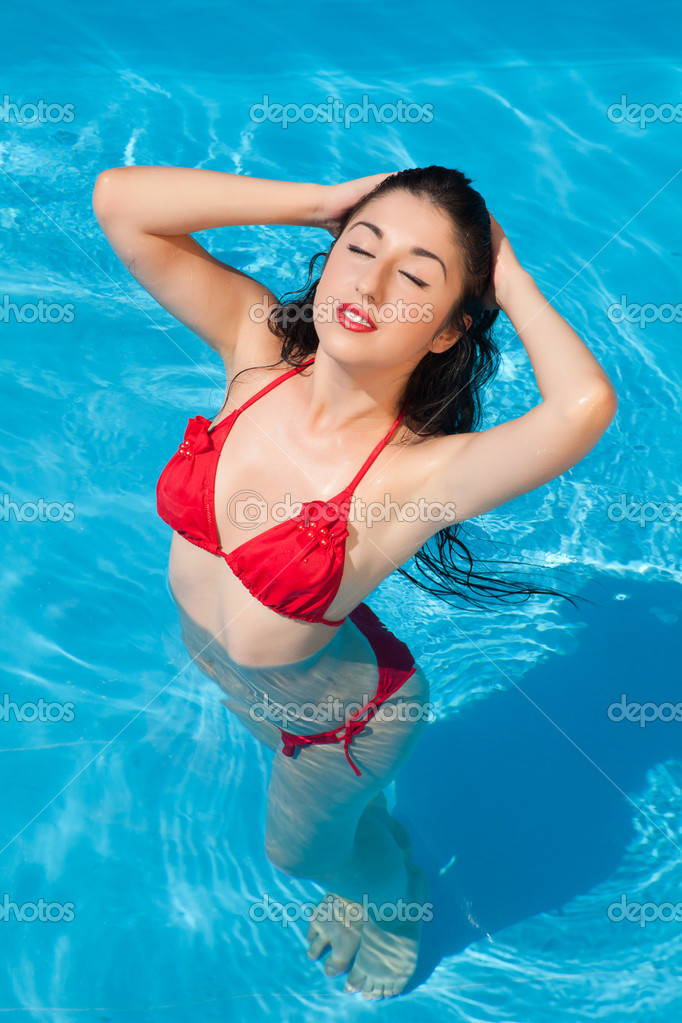 Bathing beautiful woman posing in her bikini in the swimming-pool — Stock Photo #8924743