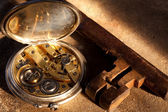 Watch and rusty key — Stock Photo