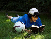 Reading in the park — Stock Photo