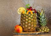 Fruit cocktail in ananas — Stockfoto