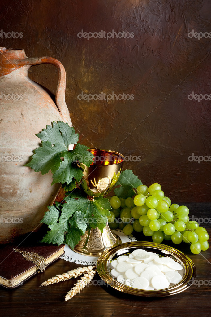 Holy communion image showing a golden chalice with grapes and bread wafers — Stock Photo #9803864