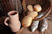 винный кувшин с хлеба и рыбы — Стоковое фото