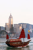 Junk Boat in Hong Kong Harbour — Stock Photo