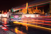 Bangkok Night Traffic - Tuk Tuk in front of the Grand Palace — Stock Photo
