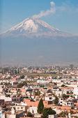 Popocatepetl volcano seen from Cholula (Mexico) — Stock Photo