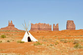 A native american tee pee in Monument valley — Stock Photo