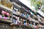 Clothes hanging on the facade of a building, India — Zdjęcie stockowe