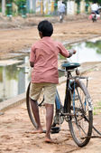 Boy with an adult bike, suburb of Madurai (India) — Stock Photo