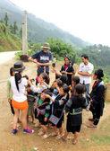 Group of Hmong children surrounding tourists — Stock Photo