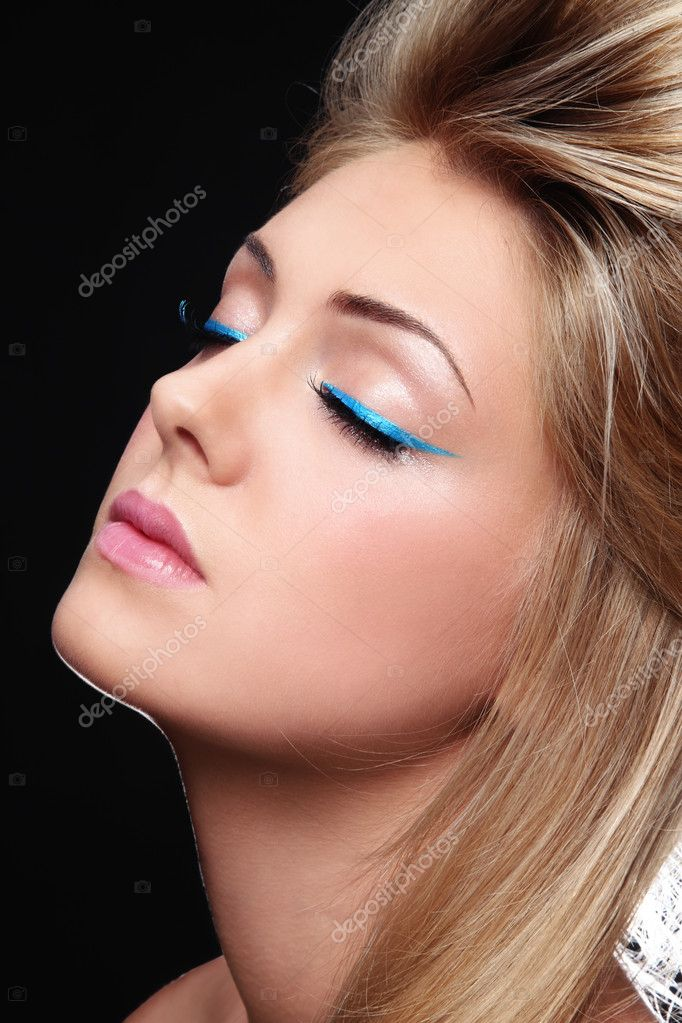 Close-up portrait of young beautiful girl with stylish make-up — Stock Photo #8779989