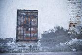 Gamla gatan med spångad fönster — Stockfoto