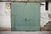 Oude deur in oude street voor winkels — Stockfoto