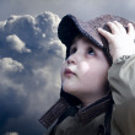 un piccolo bambino ragazzo sogna diventare pilota. aviazione d'epoca h — Foto Stock