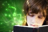 読書、美しい少女ファンタジー読書 — ストック写真