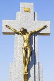 Een steen kruis in een kerkhof — Stockfoto