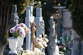 Una piedra cruza en un cementerio — Foto de Stock