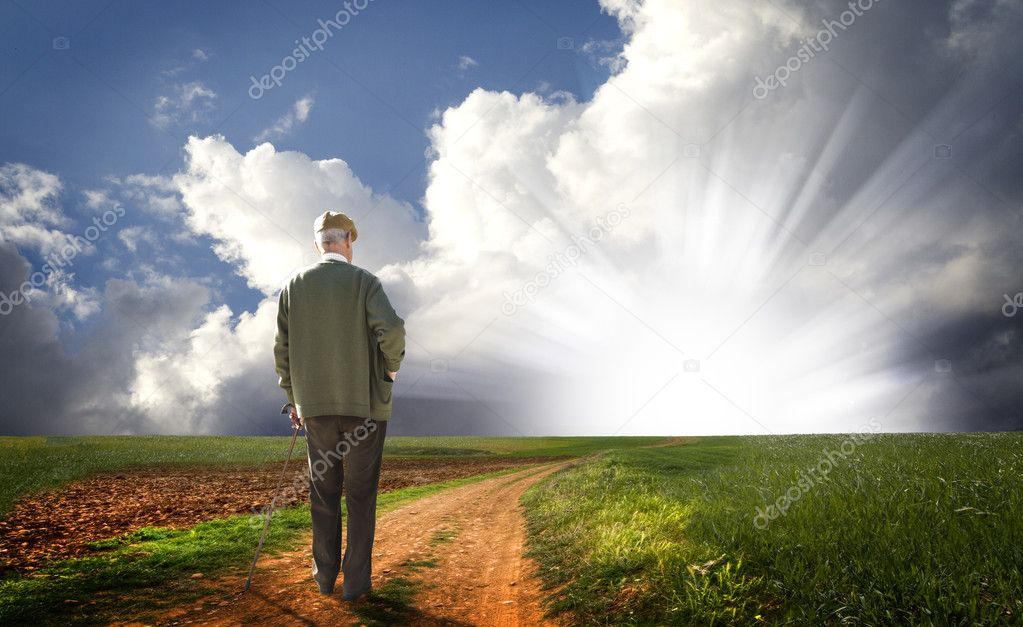 Old man walking his way to the horizon searching for the light — Stock Photo #9142453