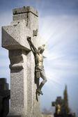 İsa mesih taş çapraz, mistik ışınları ile mezarlık sahnesi — Stok fotoğraf