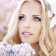 Portrait of a bride with a bouquet of lilacs — Stock Photo